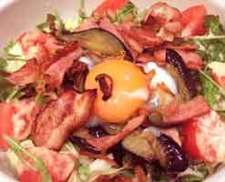 ナスとベーコンのサラダスパゲティ、半熟玉子のせ(冷製)
